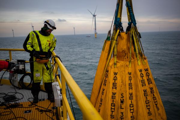 PALFINGER service engineer Lars Gorissen doing his job on a wind platform